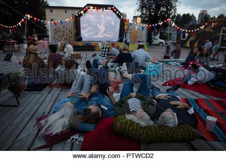 Foule se détendre, profiter film dans le parc Photo Stock