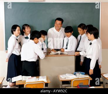 Étudiants et un enseignant dans la salle de classe Photo Stock