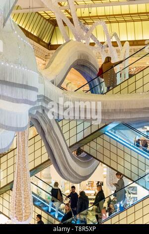 France, Paris, le grand magasin Le Bon Marché, le travail de l'art Simone exposées du 17/01 au 24/03/2019 par Joana Vasconcelos Photo Stock