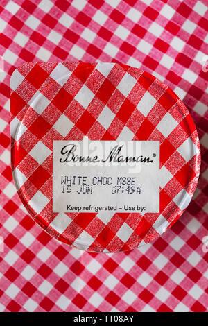 Bonne Maman Mousse au chocolat blanc avec du lait entier, sur fond rouge et blanc vérifié Photo Stock