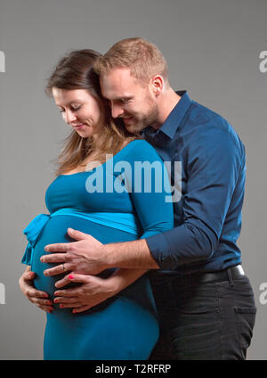 Femme enceinte et l'homme de toucher le ventre. Photo Stock
