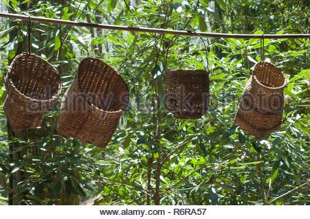 Des paniers faits main Cherokee suspendu dans le soleil, Qualla Réservation, Caroline du Nord. Photographie numérique Photo Stock