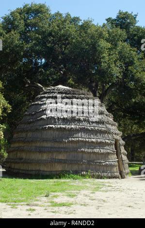 Maison de chaume Chumash (reconstruction), la Purisima Mission State Historic Park, Californie. Photographie numérique Photo Stock