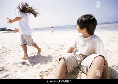 Les enfants à la plage Photo Stock