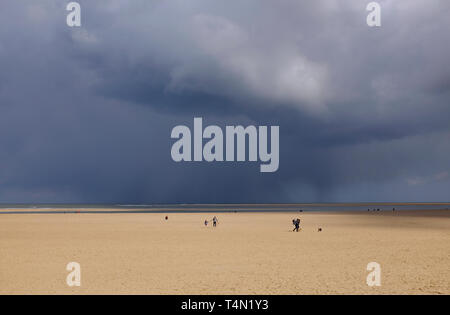 Dark storm clouds at wells beach, North Norfolk, Angleterre Photo Stock