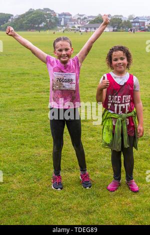 Popularité des chaussures élégantes Park, Poole, Dorset, UK. 15 juin 2019. Journée froide et humide pour la course pour la vie Jolie Enfants boueux où les enfants peuvent se joindre à la lutte pour vaincre le cancer et de recueillir des fonds pour la recherche sur le cancer du Royaume-Uni. Les enfants de plus de 1.2m de hauteur et jusqu'à l'âge de 12 ans, accompagnés d'un adulte, négocier les obstacles tout au long du cours qui est à 5km et avoir du plaisir se couvrir de boue. Mudders Daisy et Gracie (autorisation reçue). Credit: Carolyn Jenkins/Alamy Live News Photo Stock