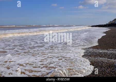 Surf blanc en mousse de mer paysage, sheringham, North Norfolk, Angleterre Photo Stock