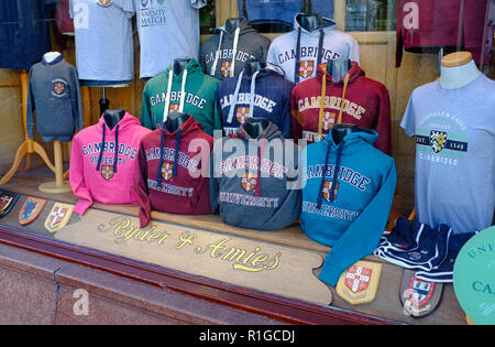 L'université de Cambridge hooded sweat-shirts en vitrine Photo Stock