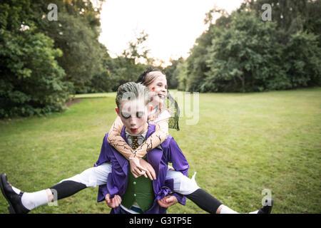 Les enfants déguisés en zombies pour l'Halloween. Photo Stock