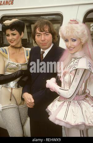 STARLIGHT EXPRESS le compositeur Andrew Lloyd Webber avec deux membres de la distribution en 1984 Photo Stock