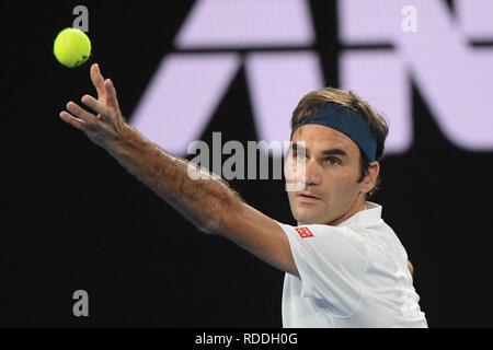 Melbourne, Australie. 18 janvier 2019: 3e de la suisse Roger Federer à l'inaction dans le troisième match contre Taylor Fritz des USA sur la cinquième journée de l'Australian Open 2019 Tournoi de tennis du Grand Chelem à Melbourne, Australie. Federer a gagné 62 75 62. Bas Sydney/Cal Sport Media Credit: Cal Sport Media/Alamy Live News Photo Stock