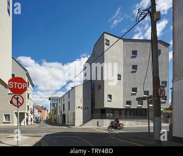 L'altitude d'angle représentant l'ancien cinéma et de Merchant's House tour. Pálás Cinéma, Galway, Irlande. Architecte: dePaor, 2017. Photo Stock