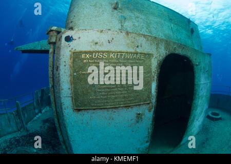 Une photo d'un des la plaque sur le uss kittiwake, un récif artificiel. Photo Stock