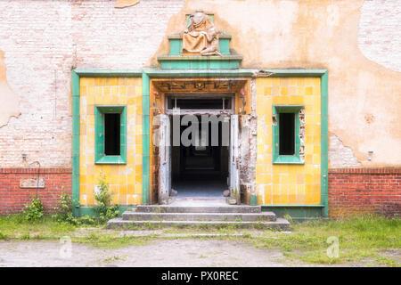 Vue extérieure de l'entrée d'un hôpital abandonné en Allemagne. Photo Stock