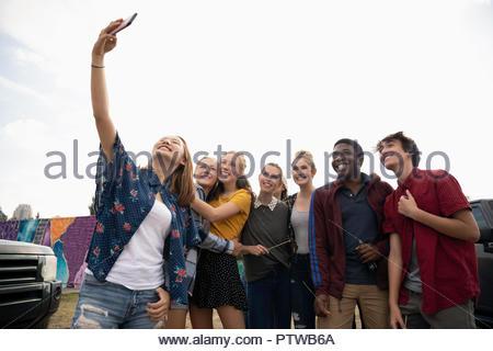 Certains adolescents prenant des selfies smart phone Photo Stock