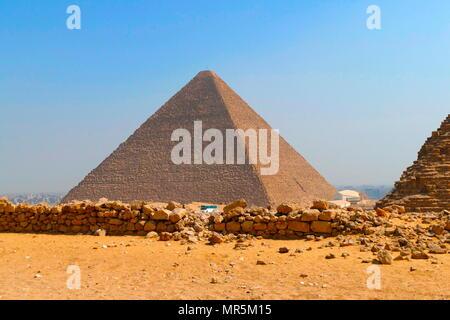 La grande pyramide de Gizeh (pyramide de Chéops ou pyramide de Kheops); plus ancienne et la plus grande des trois pyramides dans la pyramide de Gizeh en Égypte complexe. C'est le plus ancien des sept merveilles du monde antique, et le seul à rester en grande partie intacte. Achevée vers 2560 BC. Photo Stock