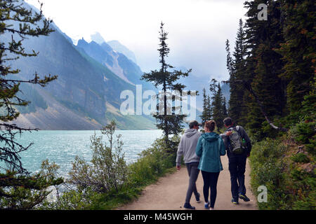 Promenade familiale dans les Rocheuses canadiennes Lake Louise, Banff. Le paysage est brumeux à cause du feux Photo Stock
