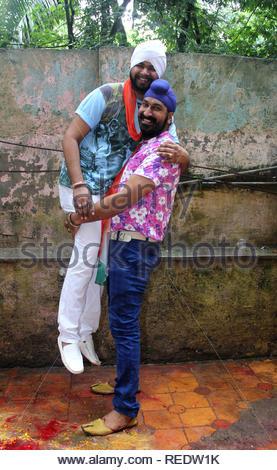 Chanteuse Bollywood Ramji Gulati et acteur de télévision Gurcharan Singh lors d'une cause d'organzie le déjeuner pour certains enfants orphelins à l'occasion de l'Independence Day à Mumbai, Inde, le 15 août 2013. Utsava (Devdutta) Photo Stock