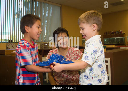 Série de 8 images. Les garçons apprennent que le partage peut faire plaisir à tout le monde Monsieur © Myrleen Pearson............ Ferguson Cate Photo Stock