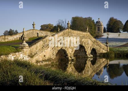 Le pont d'Oxford avec urnes et de pierre rustique sur un jour froid à Stowe paysage de jardins, dans le Photo Stock