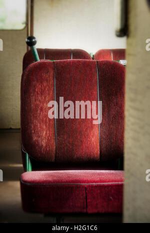 Des sièges vides dans ancienne rétro wagon. Vintage transport. Photo Stock
