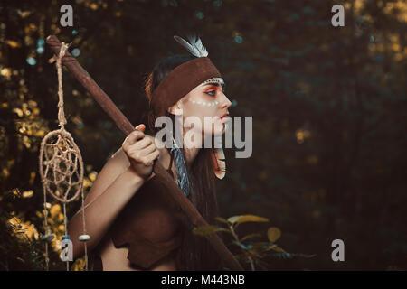Chaman avec dreamcatcher rod. Forêt colorée Photo Stock