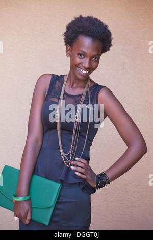 Dix-neuf ans, fille d'Afrique du Rwanda sourit pour l'appareil photo sur sa façon de travailler aux États-Unis. Photo Stock