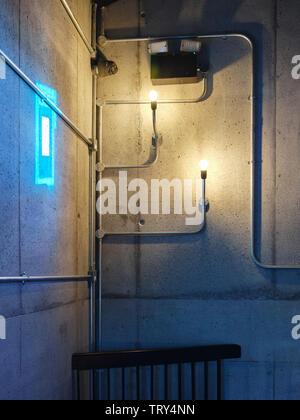 Luminaires industriels et fenêtre de projection de lumière. Pálás Cinéma, Galway, Irlande. Architecte: dePaor, 2017. Photo Stock