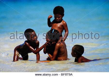 Vezo enfants jouant dans la lagune, Andavadaoaka, ouest de Madagascar Photo Stock