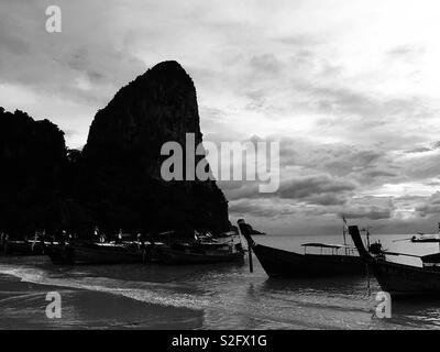 Plage de fer à Krabi - Thaïlande . Le moment de prendre un bateau et admirer le coucher du soleil au bord de l'Atlantique . Amant thaïlandais . Photo Stock