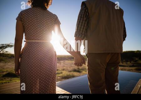 Couple avec la main dans la main lors de vacances à l'hôtel Photo Stock