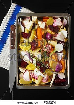 Légumes-racines sur une plaque de cuisson (raw) Photo Stock