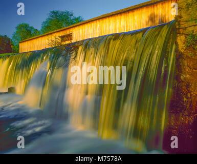 Watson Mill pont couvert, Watson Milll Bridge State Park, la Géorgie, le lever du soleil, de l'Est Géorgie Photo Stock