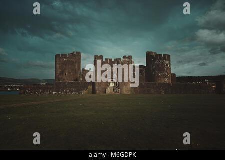 Caerphilley château avec ciel nuageux. Paysage du Pays de Galles Photo Stock
