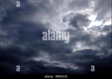 Ciel d'orage, des nuages sombres background Photo Stock