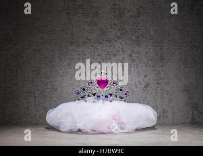 La princesse couronne ou diadème. Jouets en plastique pour les enfants s'habiller pour un bal costumé Photo Stock