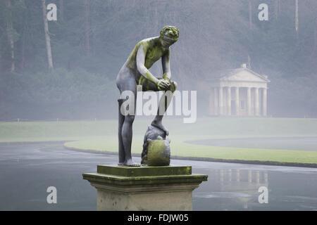Une vue d'hiver brumeux, d'une statue devant le Temple de la Piété à Studley Royal Water Photo Stock