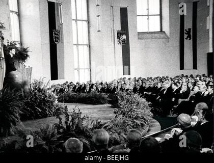 Le président américain, John Fitzgerald Kennedy parle lors de sa visite à l'Allemagne de l'Ouest Photo Stock