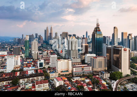 Avec les toits et les tours Petronas KLCC, Kuala Lumpur, Malaisie Photo Stock