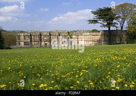 Vue sur une prairie de fleurs sauvages vers le Hall, construit entre 1603 et 1620, avec des modifications à Photo Stock