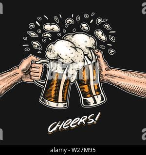 Cheers toast. La bière dans la main. Vintage Label alcoolique avec élément calligraphique. Bannière américaine ou de l'affiche. Croquis dessinés à la main, gravée pour web lettrage Photo Stock