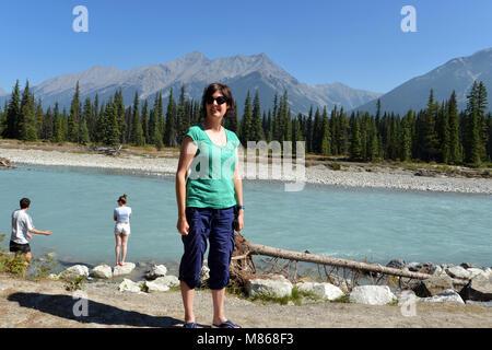 Les touristes Canadian Rockies des eaux bleu turquoise de la rivière Kootenay, dans le parc national du Canada Photo Stock