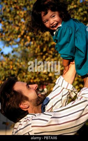 Portrait père lève jusqu'Filipino/caucasian fille M. © Myrleen ....Pearson Ferguson Cate Photo Stock