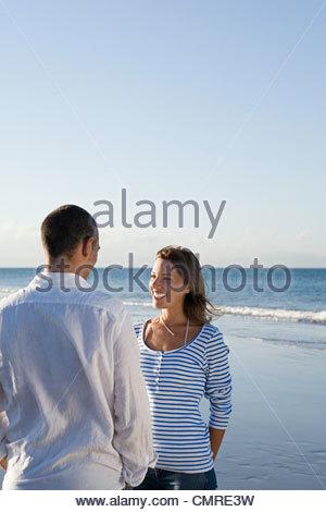 Couple au bord de la mer Photo Stock