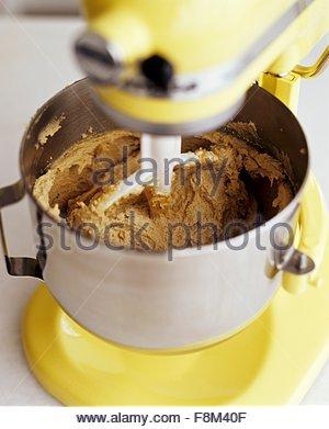 Mélanger la pâte à biscuits aux pépites de chocolat dans un mélangeur de chocolat avant Photo Stock