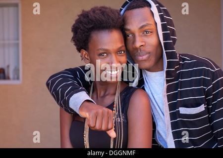 Frère et sœur du Rwanda posent ensemble. Photo Stock