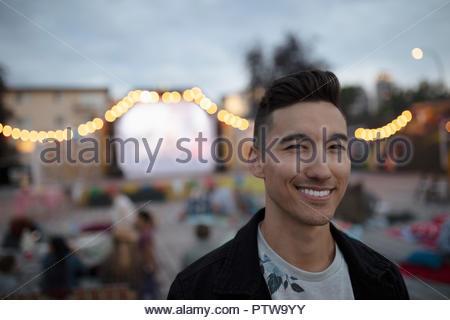Portrait souriant, confiant au jeune homme film dans le parc Photo Stock