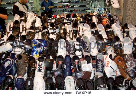 Une boutique qui vend des chaussures à Istanbul TURQUIE Photo Stock