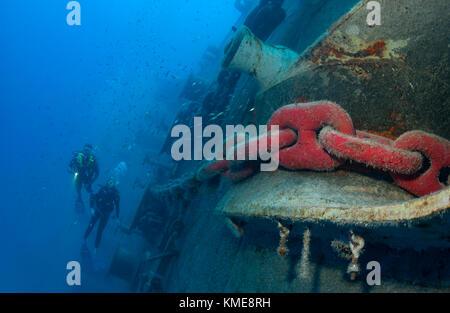 Les plongeurs suivent la chaîne d'ancre à l'avant de l'uss spiegel Grove, Key Largo, Floride Photo Stock