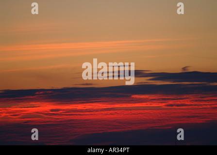 Ciel rouge vif avec des nuages Photo Stock